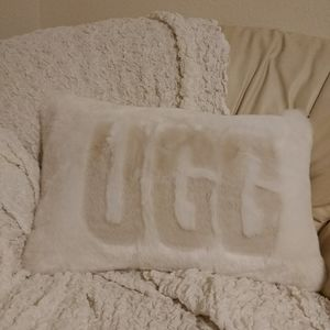 NEW Ugg // white cotton / faux fur logo pillow 😍